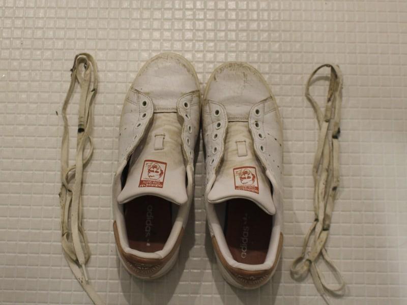 レザースニーカー 靴紐をはずす