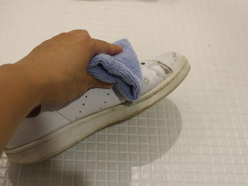 レザースニーカー タオルで拭き取る