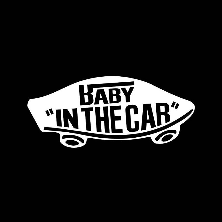 baby in car モノトーン